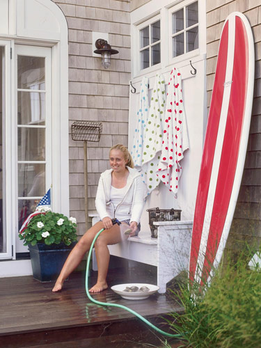 Maine Beach Cottage With Surfboard
