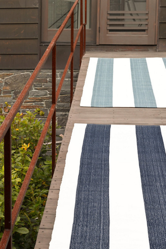 nautical home decor ideas - blue and white rug
